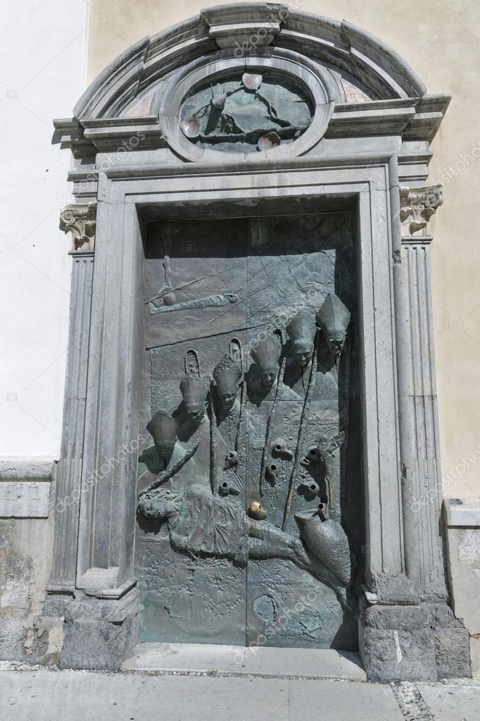 Двері в собор Святого Ніколаса в Словенії